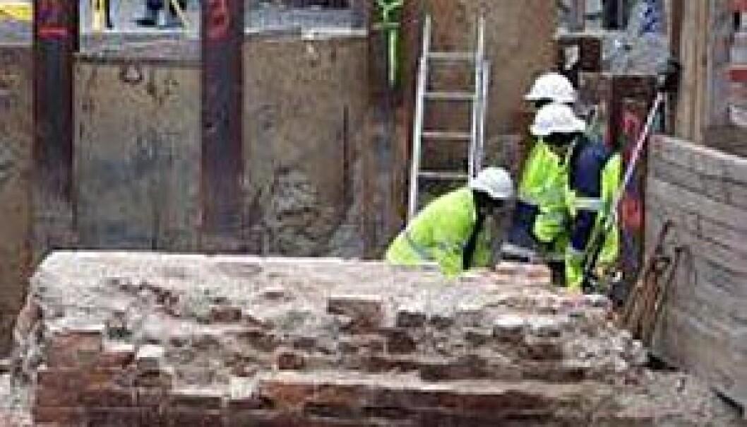 Tre meter under gadenivå støtte arkeologene på restene av en bymur fra senmiddelalderen. Den er oppbygget af murstein, og gikk trolig hele veien rundt byen. (Foto: Sybille Hildebrandt)
