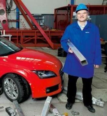 Magnus Langseth har vore med på å slanke fleire europeiske bilmodellar, mellom anna Audi TT, som vi ser her på krasjlaboratoriet. På golvet ligg prøver på krasja aluminium. (Foto: Ole Morten Melgård)