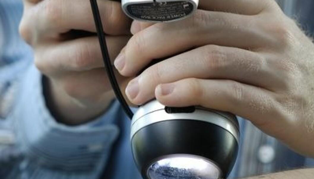 Et vanlig digitalkamera, med et spesielt objektiv, vil gjøre det enkelt for allmennleger å oppdage føflekkreft raskt og smertefritt for pasienten. (Foto: Jan Fredrik Frantzen)