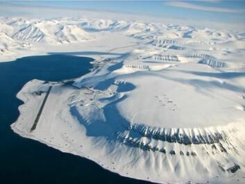 Fjellandskapet rundt Longyearbyen (innerst i fjorden) har vært feltområde for prosjektet. (Foto: Ole Humlum)