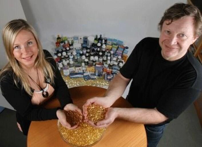 Trine Thorkildsen og Gjermund Vogt har smakt på 130 fiskeoljeprodukter. – De som sier de raper fiskeolje hele dagen bør skifte merke, sier de. (Foto: Kjell J. Merok)