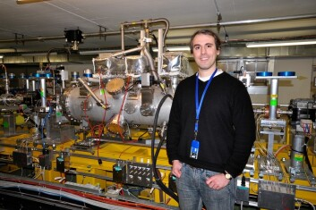 """""""Erik Adli har skrevet doktorgrad om partikkelfysikk på CERN. Her står han foran testfasilitetene til CLIC-akseleratoren. (Foto: Henning Huuse)"""""""