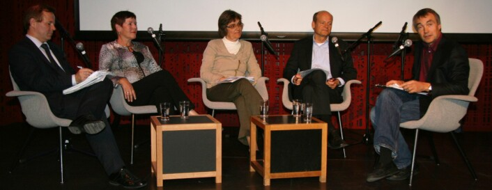 Fra venstre: Ole Petter Ottersen, Universitetet i Oslo, Eva Hildrum fra Samferdselsdepartementet, Kari Balke Øiseth fra Kunnskapsdepartementet, Anders Hanneborg fra Forskningsrådet og møteleder Aslak Bonde. (Foto: Ingvil Bjørnæs)