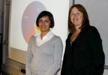 Katherine Duarte (t.v) sammen med veileder Elisabeth Eide, som er professor II ved Institutt for informasjons- og medievitenskap på UiB. (Foto: Olav Røli)