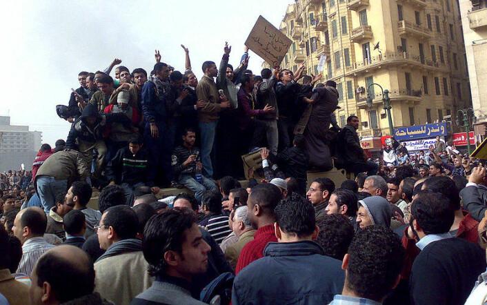 Demonstranter i Kairo har klatrer opp på et militært kjøretøy. Bildet er tatt 29. januar. (Foto: Ramy Raoof/Wikimedia Commons)