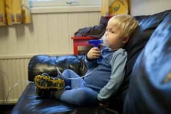 En barnehagegutt tar en pust i bakken og får astmamedisinen sin. (foto: Ståle Andersen/NAAF)