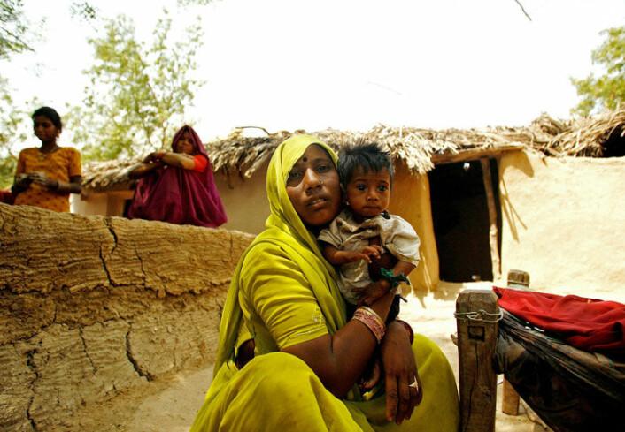 Økonomisk vekst fjerner ikke uten videre underernæring. Bildet viser Viru, en gutt i en landsby i den indiske delstaten Madhya Pradesh, som trøstes av moren. (Foto: Scanpix/AFP/Manan Vatsyayana)