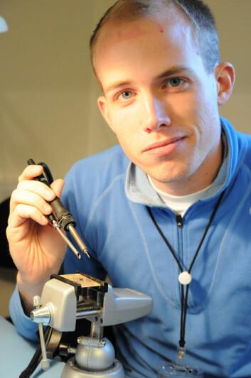 Selvgjort: Christoffer Stausland lodder sammen et av instrumentene som skal om bord på raketten.