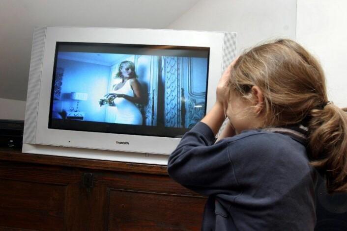 Det kan hjelpe å ikke se på, ihvertfall når vi vet at faren er på tv, og ikke truer oss direkte. (www.colourbox.no)