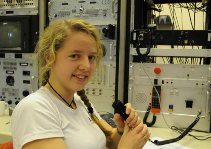 18 minutter til oppskyting, og Vårin Holm melder til kontrolltårnet at datamaskinene som skal motta og behandle signalene fra raketten er all set.