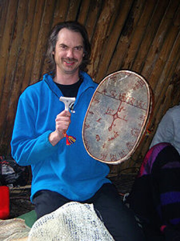 Her ser vi sjaman Ronald Kvernmo før en trommeseanse, på kurs i samisk sjamanimse. (Foto: Trude A. Fonneland)