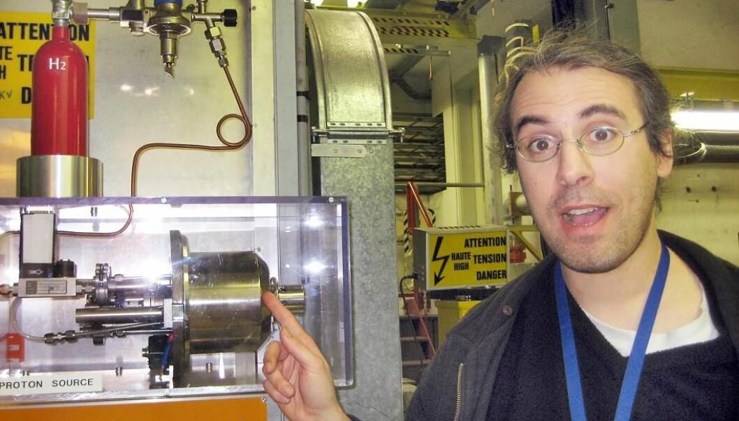 """""""Erik Adli forklarer hvordan partiklenevil bli sendt ut i LHC fra tanken bak ham (Foto: Marianne Nordahl)."""""""