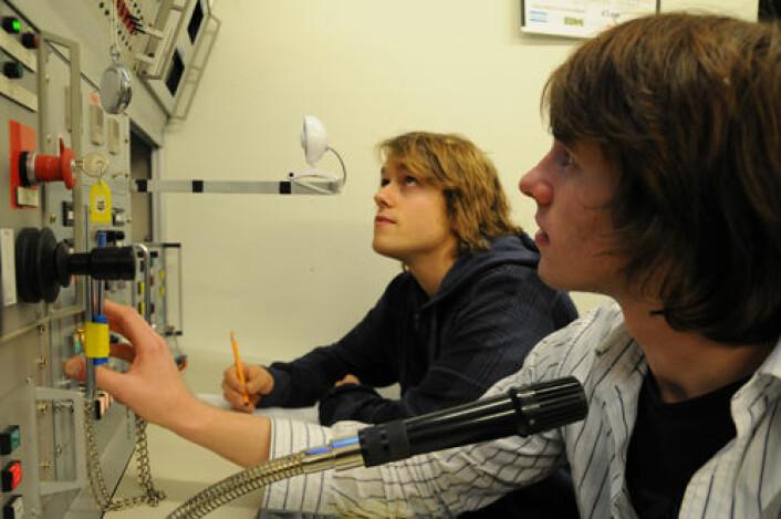 T-20 sekunder: Mikael Steen, UiO, og Benjamin Blumer, University of Calgary, har fått jobben med å trykke på knappen merket FIRE.