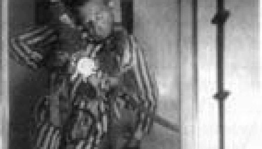 """""""Under den andre verdenskrig ble fanger i Dachau utsatt for det som ble kalt terminale eksperimenter. Denne fangen er iført fallskjermutstyr og utsatt for ekstremt lufttrykk. Den totale mangelen på forskningsetikk resulterte i Nürnberg-kodeksen, hvor blant annet kravet om informert samtykke ble understreket."""""""