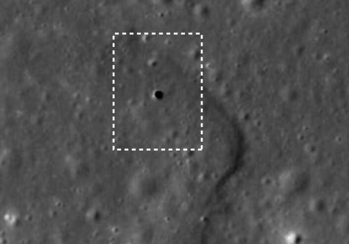 Japanske forskere fant et 65 meter bredt hull ved Marius Hills på månen. De mener dette er en åpning ned til en mye bredere lavatunnel under overflata. (ISAS/JAXA/Junichi Haruyama et al)