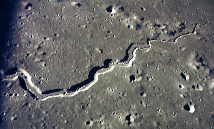 """Schroeter's Valley på månen er et eksempel på en """"sinuous rille"""", en lang, buktende dal med bratte sider. Bildet ble tatt på Apollo 15-ferden. (Foto: NASA)"""