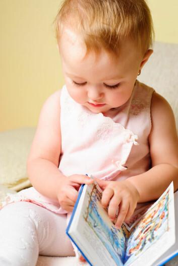 Når danske barn er ett år gamle, kjenner de i gjennomsnitt 80 ord. Svenske barn på samme alder kan 150 ord. Først når barna er omkring to år har de danske barna innhentet svenskenes forsprang. (Foto: Colourbox)