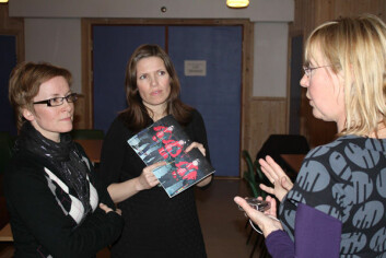CICERO-forsker Grete K. Hovelsrud (t.h.) i samtale med Toril Svendsen (t.v.) og varaordfører Stine Akselsen i Lebesby kommune. (Foto: Petter Haugneland)