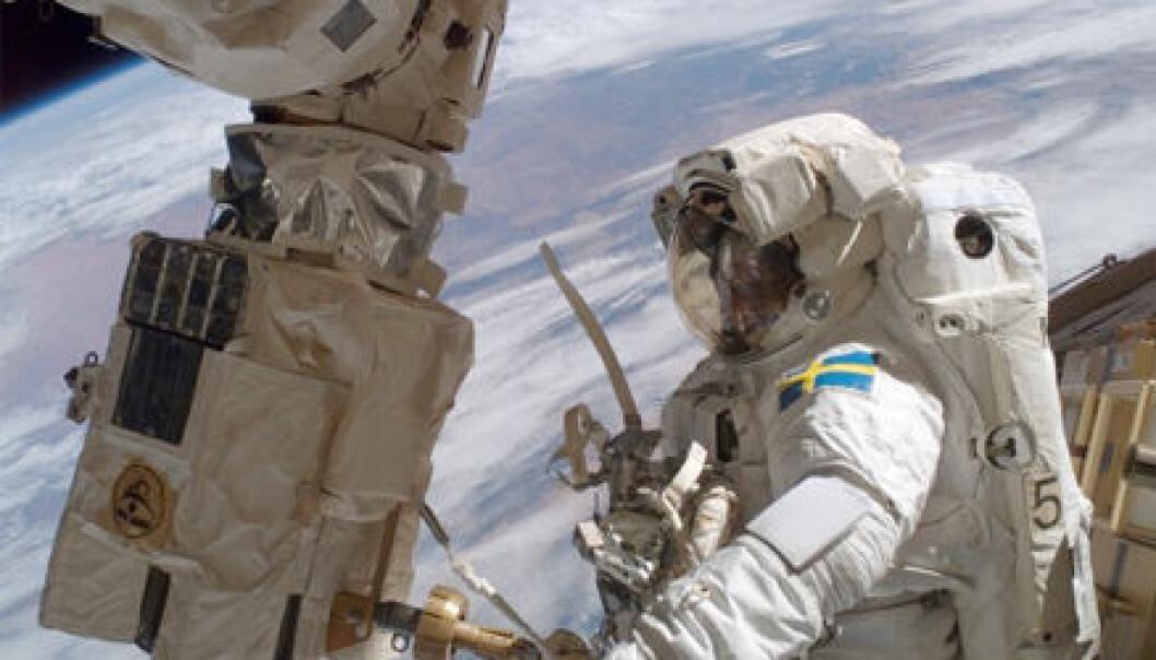 """""""Her er Christer Fuglesang i aksjon i forbindelse med arbeider på den internasjonale romstasjonen, ISS. Foto: NASA."""""""