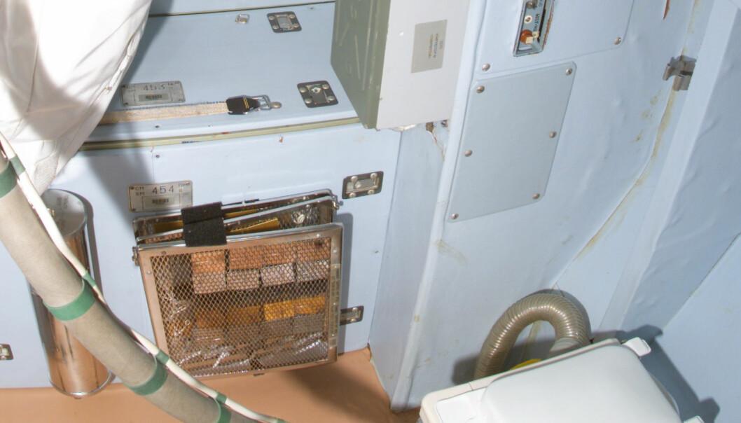 Toalett i den russiske serviceseksjonen Zvezda om bord i romstasjonen. (Foto: NASA)