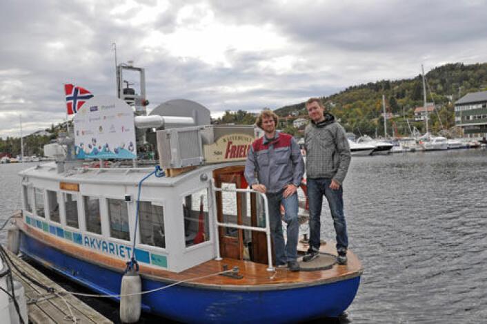 Den lille Bergens-ferga MF Vågen har blitt først i landet med framdrift fra brenselceller. Tomas Ryberg (t. v.) og Jarle Farnes fra CMR Prototech på dekk. (Foto: Christian Michelsen Research AS)