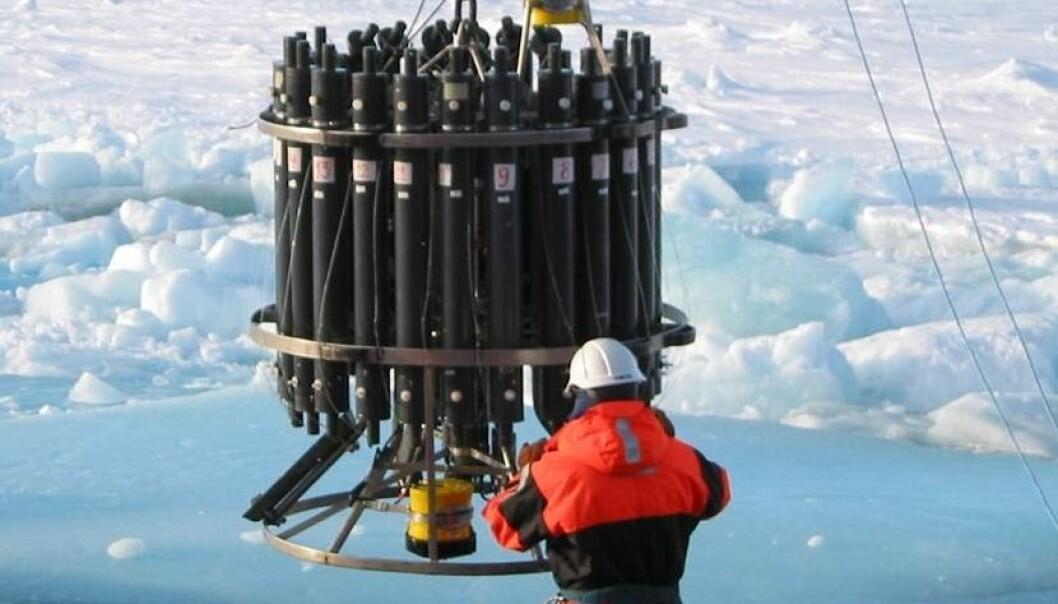 Det hentes vannprøver fra ulike havdybder, for å finne ut hvor mye CO2 havet tar opp. (Foto: Leif  Anderson)