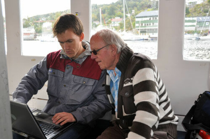 Prototech-forsker Helge Weydahl og skipper Arvid Stamnesfet sjekker hydrogenverdiene på MF Vågen under testene. (Foto: Christian Michelsen Research AS)