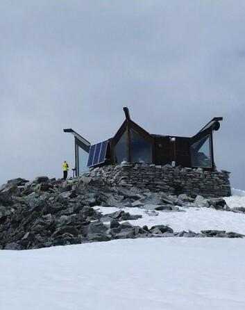 Hytta på toppen av Galghøpiggen (Foto: Marcin Szala/Wikimedia Creative Commons)