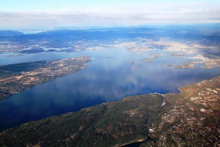 Flyfoto av indre Oslofjord, med Nesodden til høyre. (Foto: Wikimedia Commons)