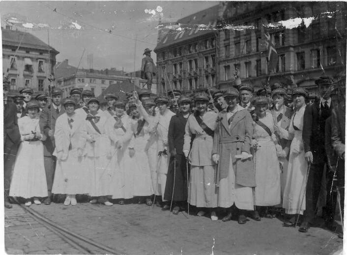 """""""Russ på Stortorvet i Oslo rundt 1920. (Foto: Ukjent fotograf/Oslo Museum)"""""""