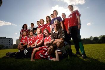 Kvinnene som spilte fotball i forskningsprosjektet syntes det var så gøy at de har fortsatt med ballsparkingen. (Foto: Mikal Schlosser)