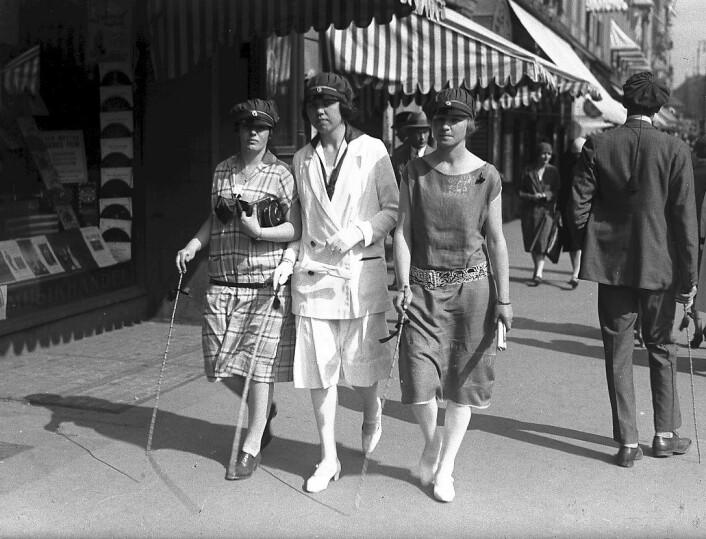 """Russejenter på Karl Johan i Oslo rundt 1925. (Foto: Ukjent fotograf/Oslo Museum)"""
