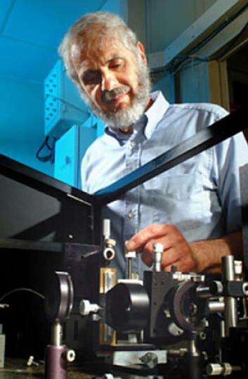 Michael Morris med Raman-spektroskop (Foto: University of Michigan)