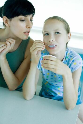 Noe av det foreldrene til barn og unge med spiseforstyrrelser lærer i familieterapi, er å holde barnet deres ved bordet og unngå å trekke ut måltidet. (Foto: Colourbox)
