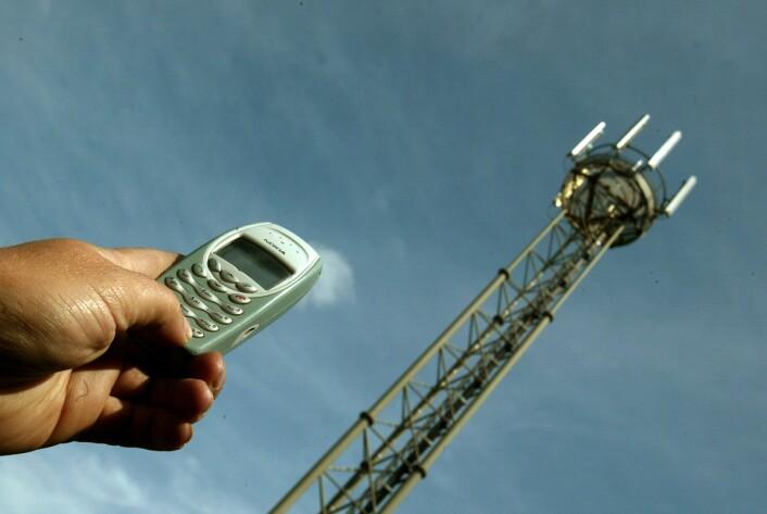 """""""Jo nærmere mobiltelefonen er basestasjonen, desto svakere signal trenger radiosenderen i mobilen å sende ut. Dermed blir strålingen mye mindre enn den maksimale effekten."""""""