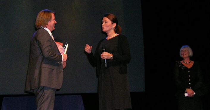 Ein glad prisvinnar, ein blid forskingsminister, og konferansier Kari Slåttsveen. (Foto: Torstein Helleve)