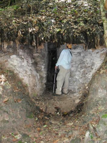 """""""En av forskerne foran en tunnel som leder inn i en pyramide. (Foto: Brigitte Kovacevich)"""""""