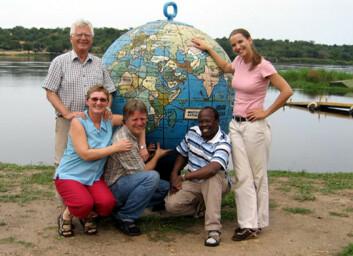 """""""SIH-delegasjonen besøkte i år Uganda. Fra venstre: Bjørn Figenschou, Solveig Wiesener, Peter Marstrander, Charles McWange og Ingvill Ceïde. Merchinsons Falls, Uganda. """""""