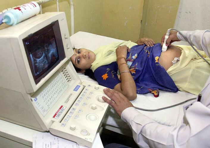 En kvinne, Neeta, tar ultralyd på et sykehus i New Dehli. Ultralydundersøkelse brukes av mange indiske familier som grunnlag for selektiv abort av jentebarn på tross av det ikke er tillatt. (Foto: Prakash Singh/AFP/Scanpix)