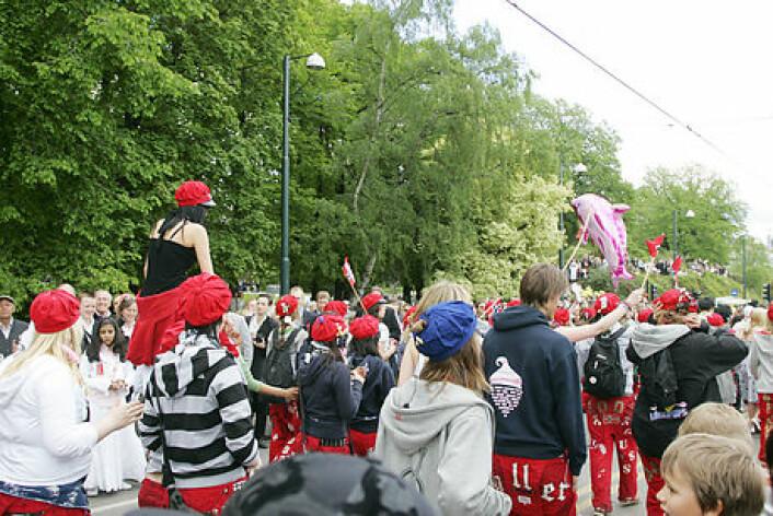 """""""Russen av i dag har fremdeles har fremdeles russelua som noen gymnasiastene i Oslo fant på 1905. Vi kan regne med at hattemaker Holm som var med på samarbeidet tjente gode penger da suksessen var et faktum og russeluene ble bestilt opp avrussover hele landet. (Foto: www.colorbox.no)"""""""