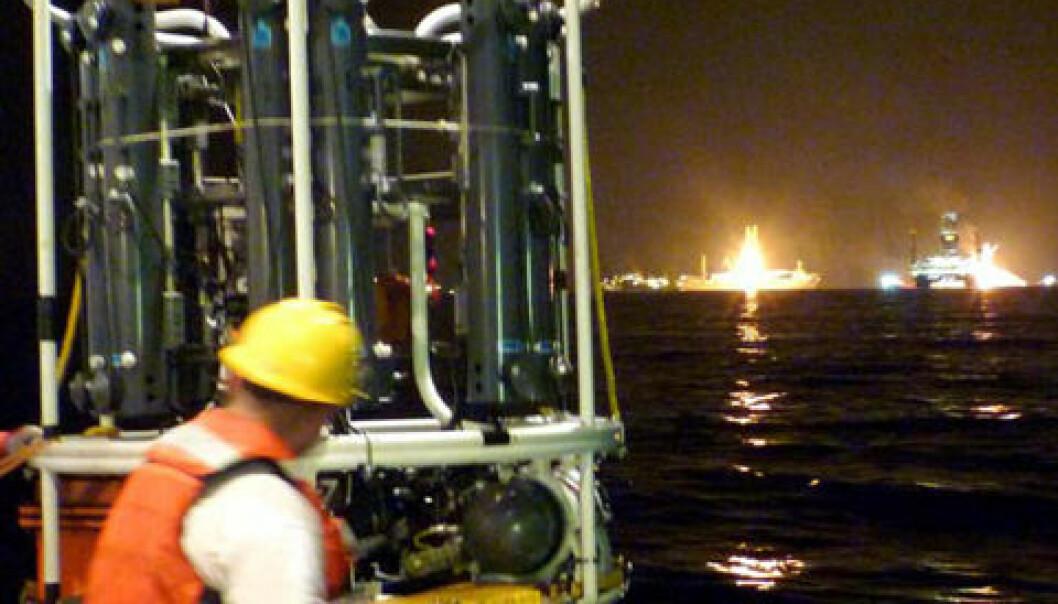 Måleutstyr senkes ned i vannet fra forskningsskipet R/V Endeavor. Massespektrometeret TETHYS, som var svært viktig for å måle nivået av olje i vannet, er synlig nede til høyre på rammen til rosetten som skal senkes. Rosetten har i tillegg 12 flasker for vannprøver. (Foto: C. McIntyre, Woods Hole Oceanographic Institution)