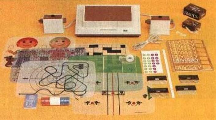 """""""Dette var hva du fikk dersom du kjøpte Magnavox Odyssey i 1971. Spillkonsollen kostet 100 dollar og kom blant annet med et tennisspill som minner veldig om Pong som kom senere."""""""