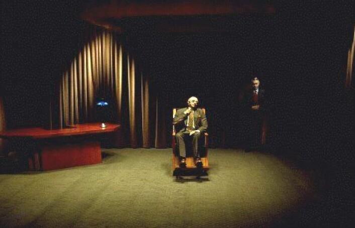 """""""Mr. Roque i filmen Mulholland Drive ble spilt av den kortvokste skuespilleren,Michael J. Anderson.Han haddepå seget kostyme med lange bein, for ågi inntrykk av at han hadde et unormalt lite hode.(Foto/Copyright: Europafilm)"""""""