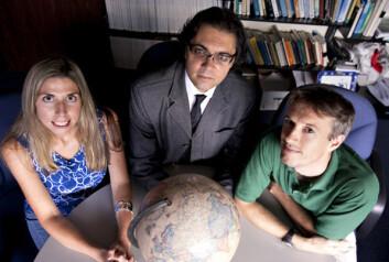 Postdoktor Rebecca Gray og førsteamanuensisene Marco Salemi (i midten) og Andrew Tatem ved University of Florida har kartlagt HIV-virusets spor gjennom deler av Afrika. (Foto: Sarah Kiewel, University of Florida)