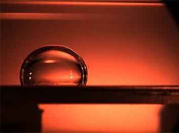 Vinkelen på denne vanndråpen viser at det snarere er olje enn vann som fester seg til overflaten. Dette overflatematerialet er mer egnet for oljetransport enn på bildet over. Det er først og fremst vann i røret som fører til hydratplugger. (Foto: Sintef)
