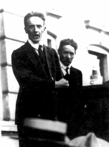 Johan Strand Johansen på talerstolen under et streikemøte utenfor Rådhuset i Porsgrunn 11. juni 1931. (Arkiv-foto: Arbeiderbevegelsens arkiv og bibliotek)