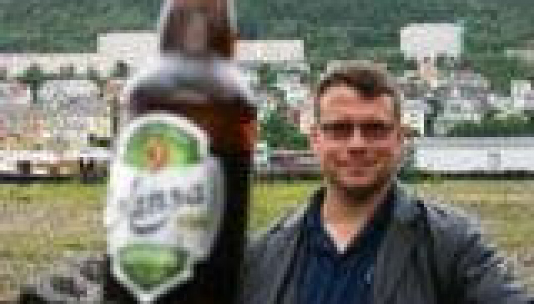 """""""Brunsneglen tiltrekkes av øl, men professor Christoffer Schander tror ikke lettøl (bildet) gjør samme nytten som vanlig øl. Aller helst bør ølet være mørkt. (Foto: Runo Isaksen)"""""""