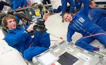 Doktorgradsstudentene Henrik Hemmen og Elisabeth Lindbo Hansen i vektløs tilstand og i full sving med eksperimentet sitt. Foto: ESA.