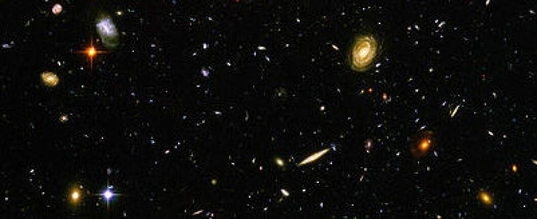 Bildet viser galakser dypt i rommet, noe av eldste i det synlige universet. (Foto: NASA)