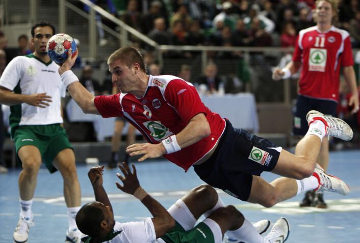 """""""Håndballspilleren beskrives som kraftfull og krigersk når han er på banen. Her er Bjarte Myrhol i aksjon mot Saudi-Arabia under VMi Kroatia i år. (Foto:Scanpix)"""""""